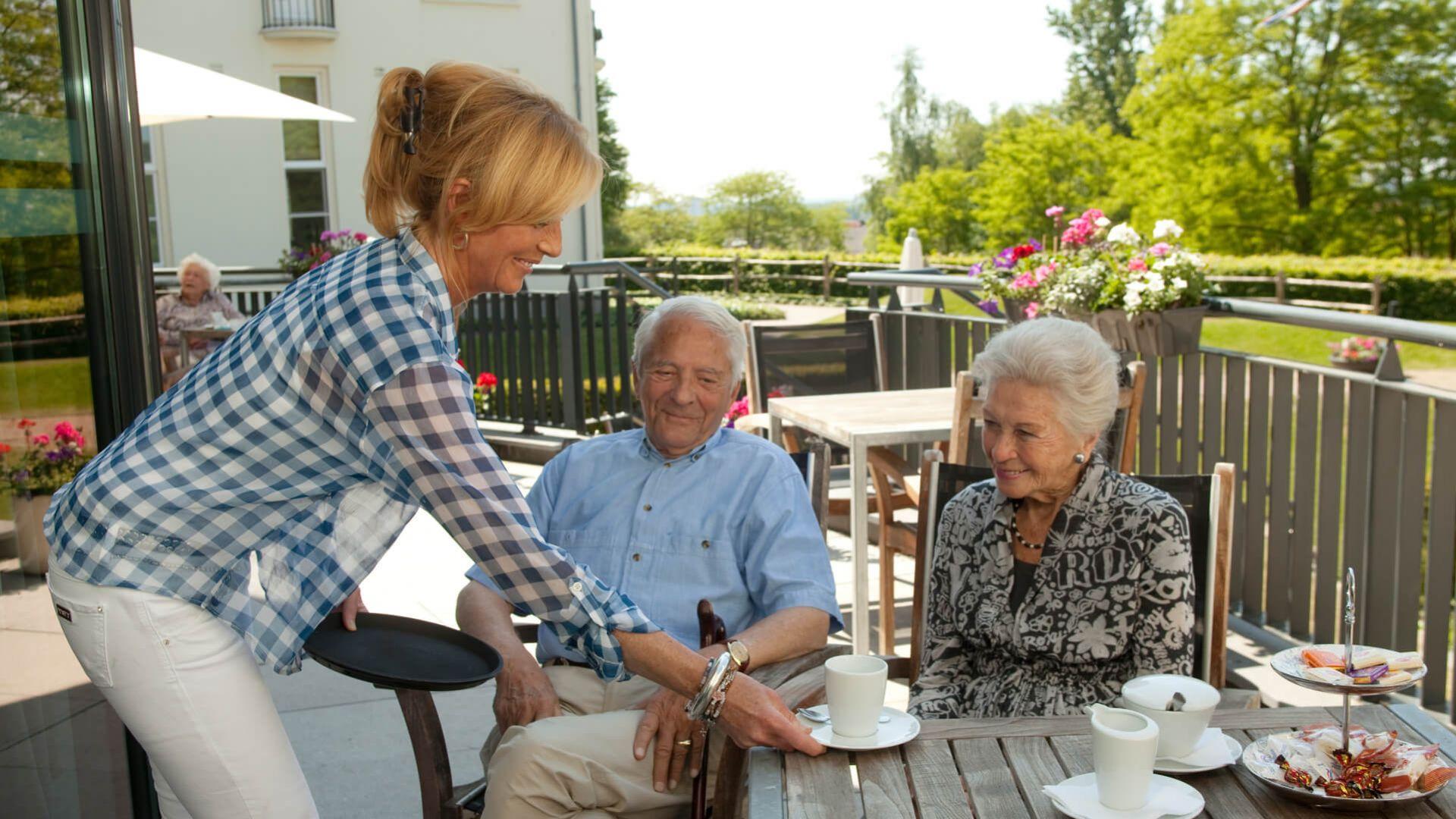 Een sfeervolle terras voor ouderen met behoefte aan zorg