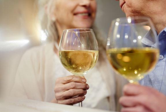 Genieten met oudere leeftijd met een glas wijn